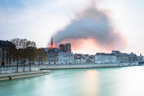 Aguja de Notre Dame en llamas